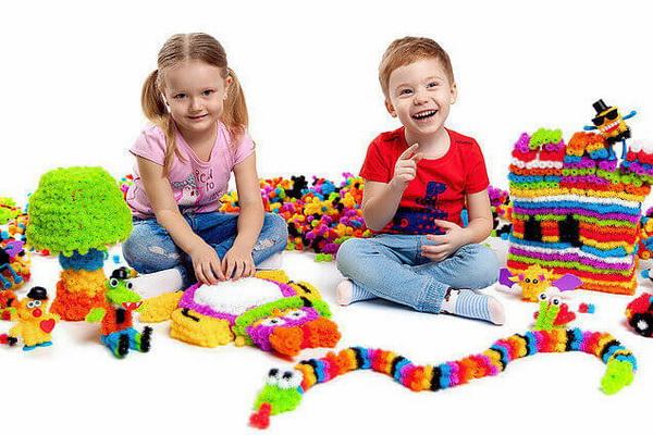 Дети довольны от игры в банчемс